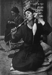 Fotografía en blanco y negro de una hilandera perteneciente a la serie 'Pueblo español' de William Eugene Smith en 1950.