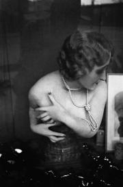 Mujer con collar de perlas.