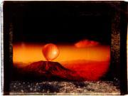 globo que sale de una montaña. polaroid gigante