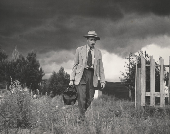 Fotografía en blanco y negro del doctor Ceriani dirigiéndose al hospital. Año 1948.
