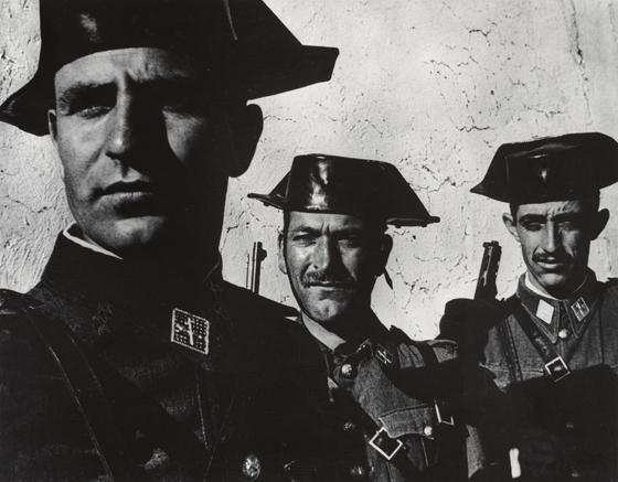 Retrato en blanco y negro de tres agentes de la Guardia Civil española realizado por Eugene Smith en 1950.