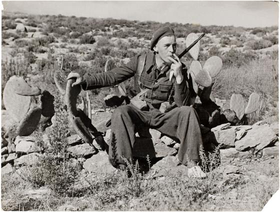 @ Robert Capa. Soldado leal fumando, apoyado en un cactus, al este de Málaga. Febrero de 1937