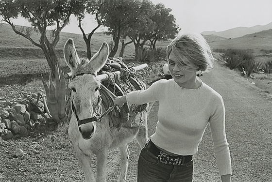 Fotografía en blanco y negro de Brigitte Bardot durante un rodaje en Almería, realizada por César Lucas en 1968.