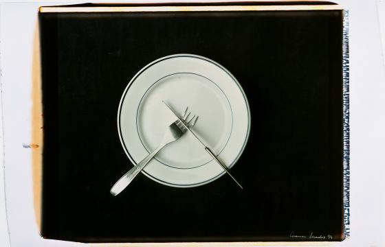 chema madoz plato con cubiertos