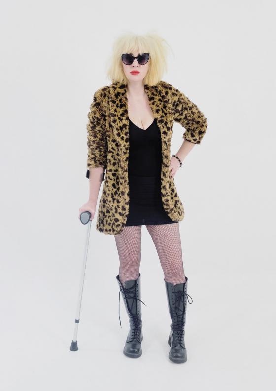 Mujer con muleta.