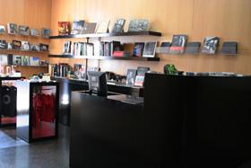 Fotografía de la tienda del Centro Andaluz de la Fotografía