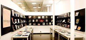 Fotografía de la biblioteca ubicada en la primera planta del Centro Andaluz de la Fotografía