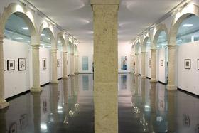 Fotografía de la sala de exposiciones ubicada en la primera planta del edificio.