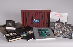 Fotografía de varias publicaciones del Centro Andaluz de la Fotografía